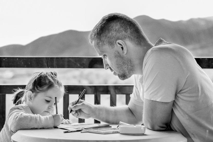 Padre ayuda a su hija a resolver algunos problemas.
