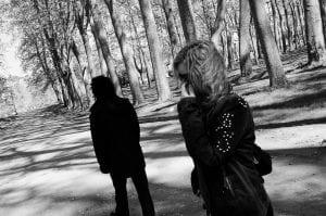 Hija y padre distantes tras la falta de entendimiento y discusión.