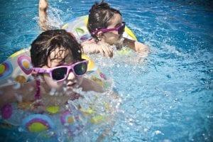 Niñas jugando en la piscina a causa de las altas temperaturas.