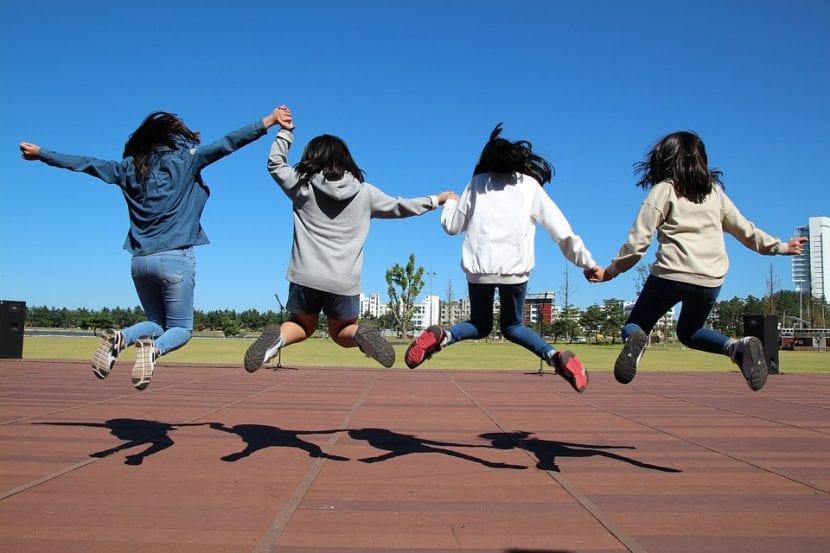 Chicas jóvenes divirtiéndose.
