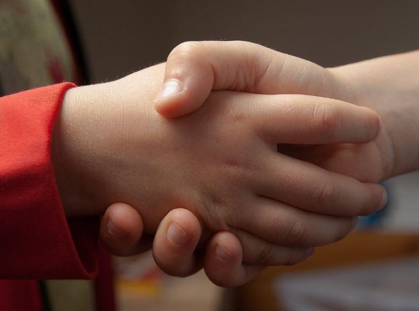 enseñar niños saludar