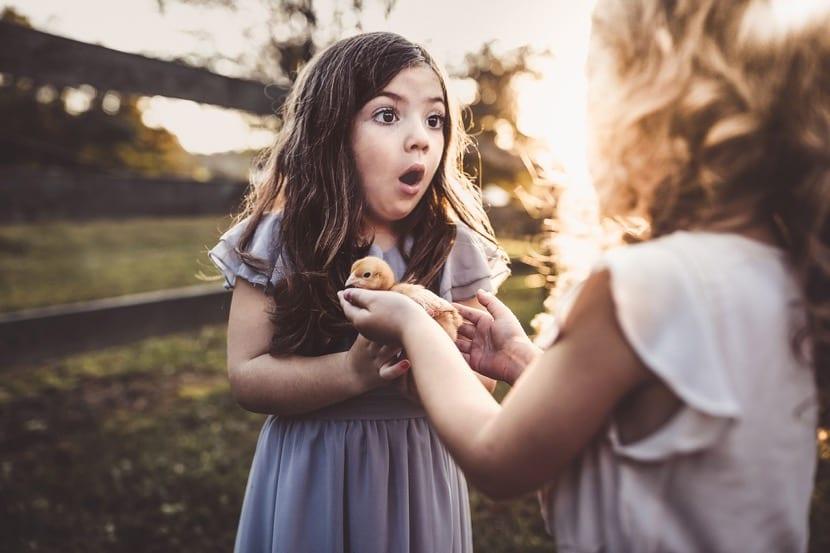 nena feliz con pollito