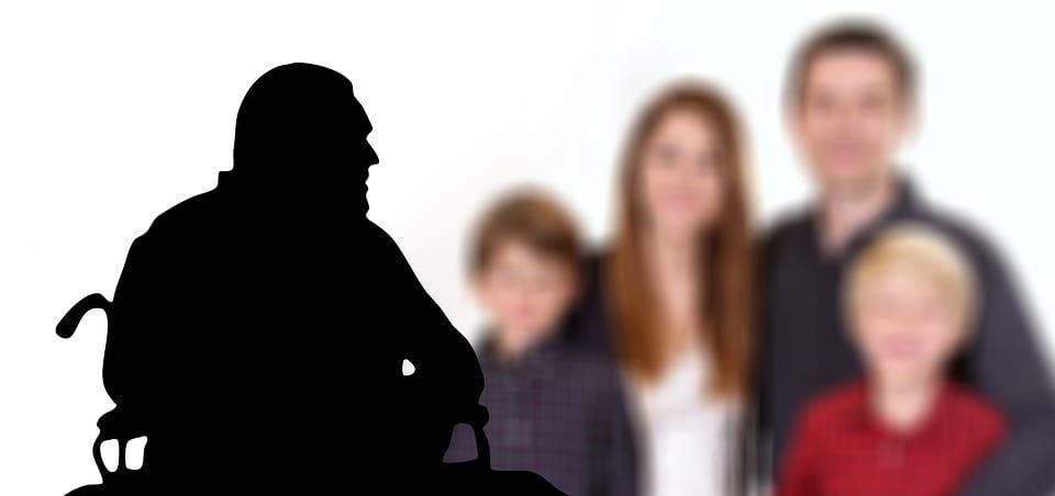 Familia con un abuelo con alzheimer.