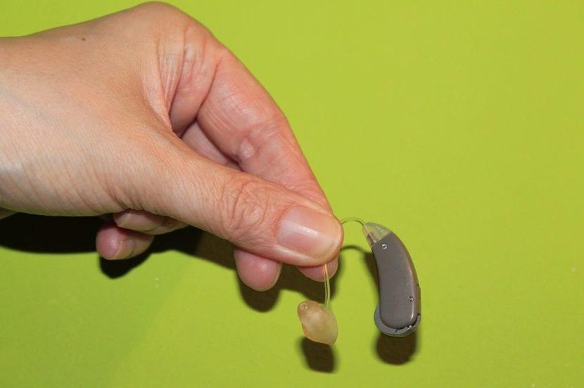 Audífono para niño sordo.