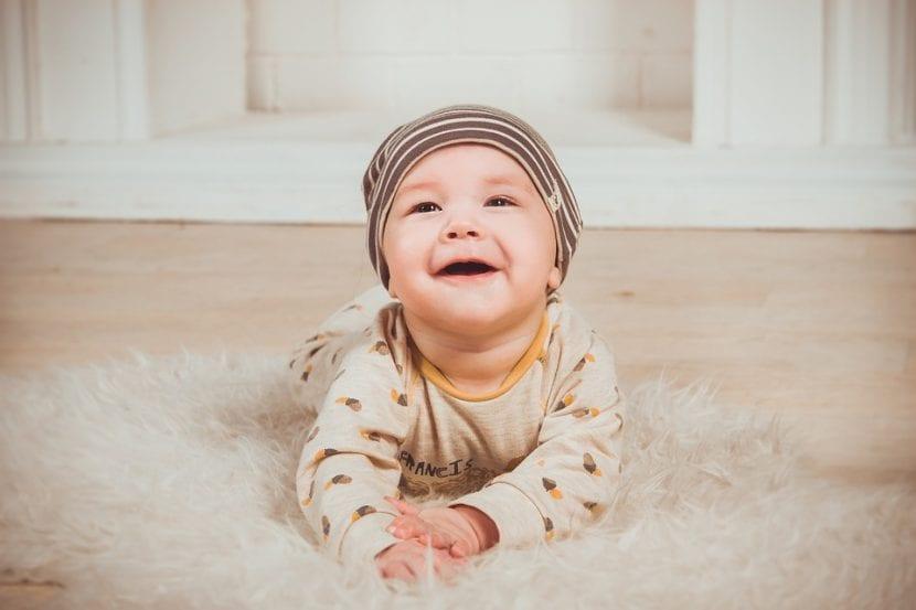 Bebé recién nacido con angioma en la nuca.