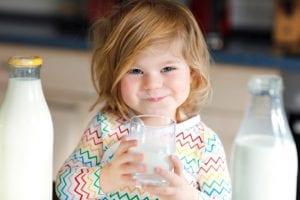 nena tomando leche de vaca