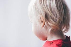 Niño sordo observando algún juguete.