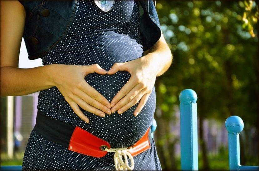 Mujer embarazada cuida su estilo de vida.
