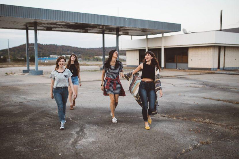 Grupo de adolescentes se cuentan sus problemas y se sienten incomprendidos por sus padres.