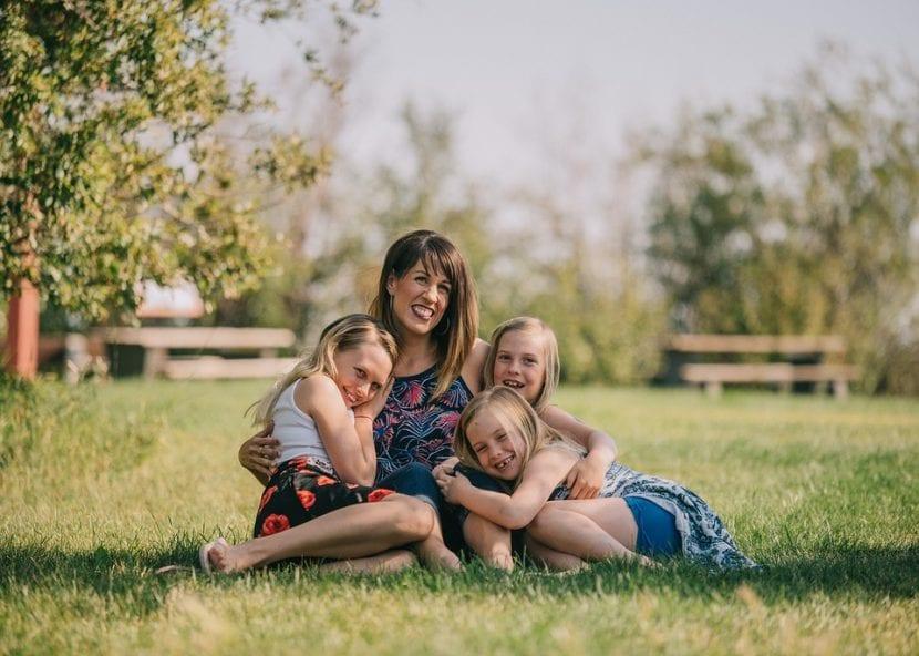 Madre compartiendo con sus hijas en una ambiente feliz.