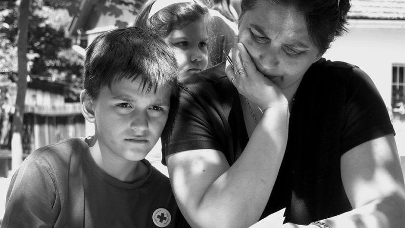 Hijo triste porque su madre está enferma.