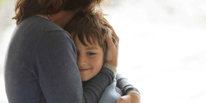 madre abraza hijo