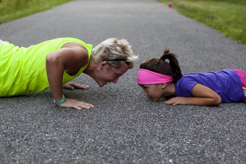 Niña entrena con su madre, pero sin disfrutar y con angustia.