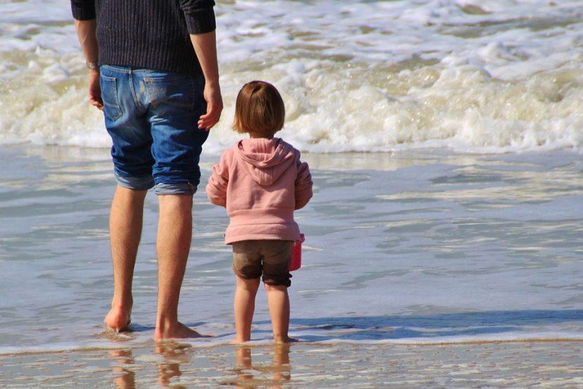 Tío y sobrina divirtiéndose en la playa.