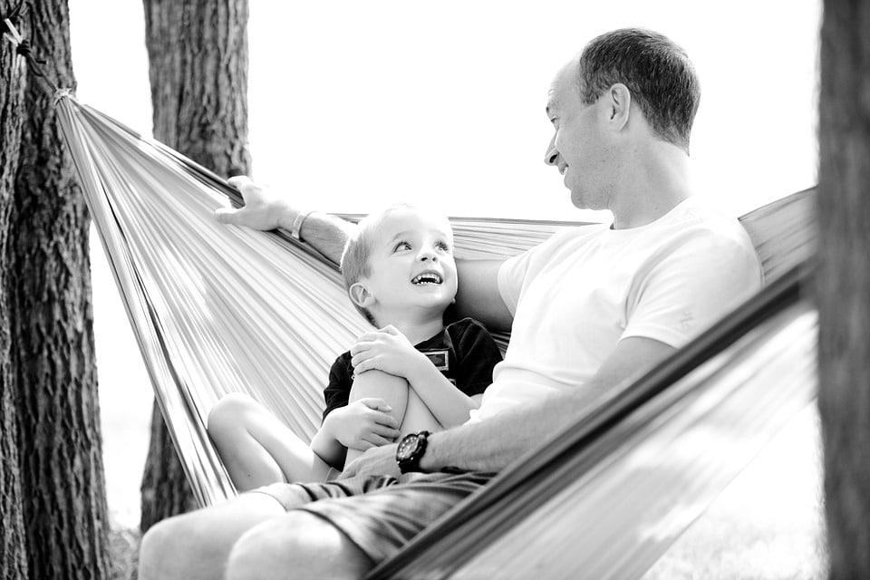 Tío y sobrino charlan sobre diversos temas.