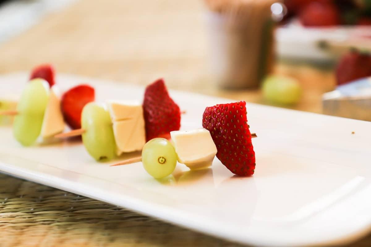 Brochetas de fruta y queso