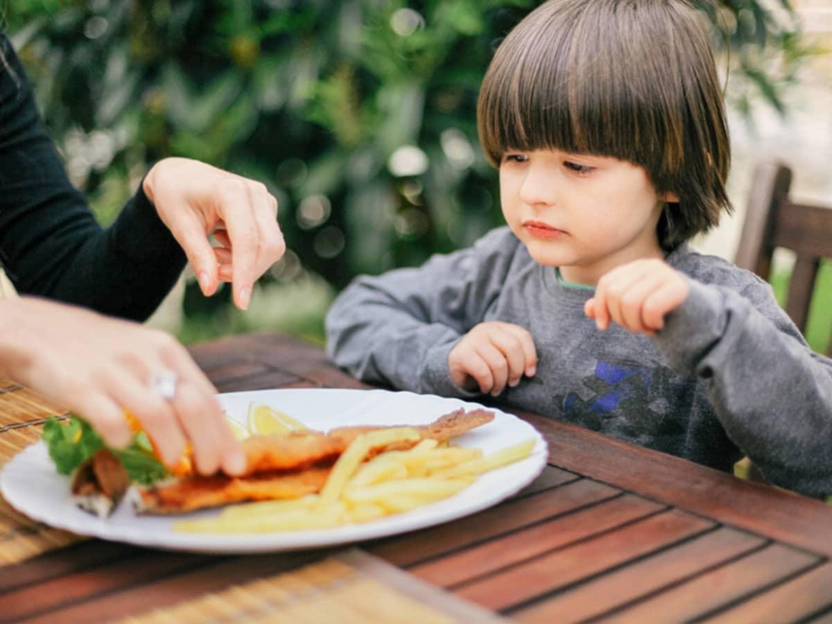 nene come pescado