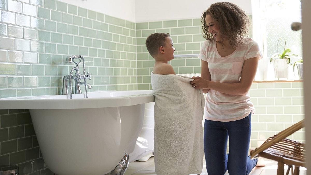 Enseñar a un niño a ducharse