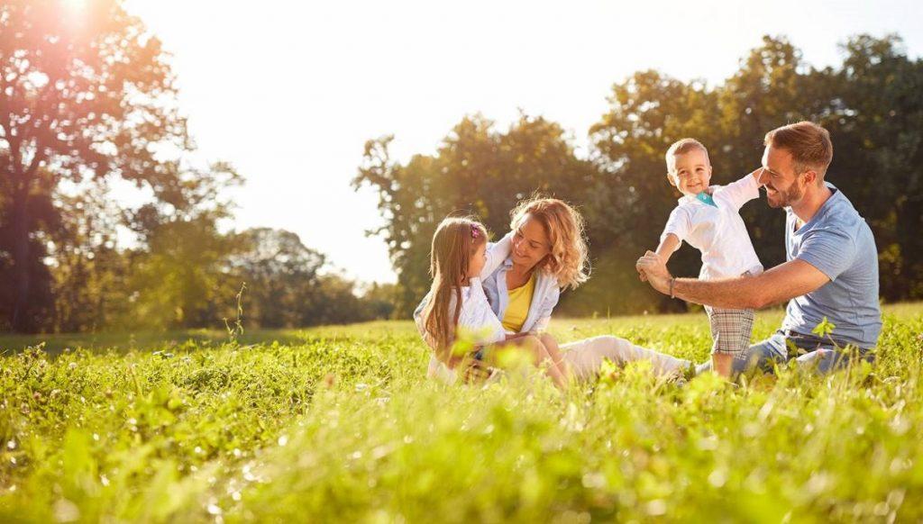 Familia jugando al aire libre