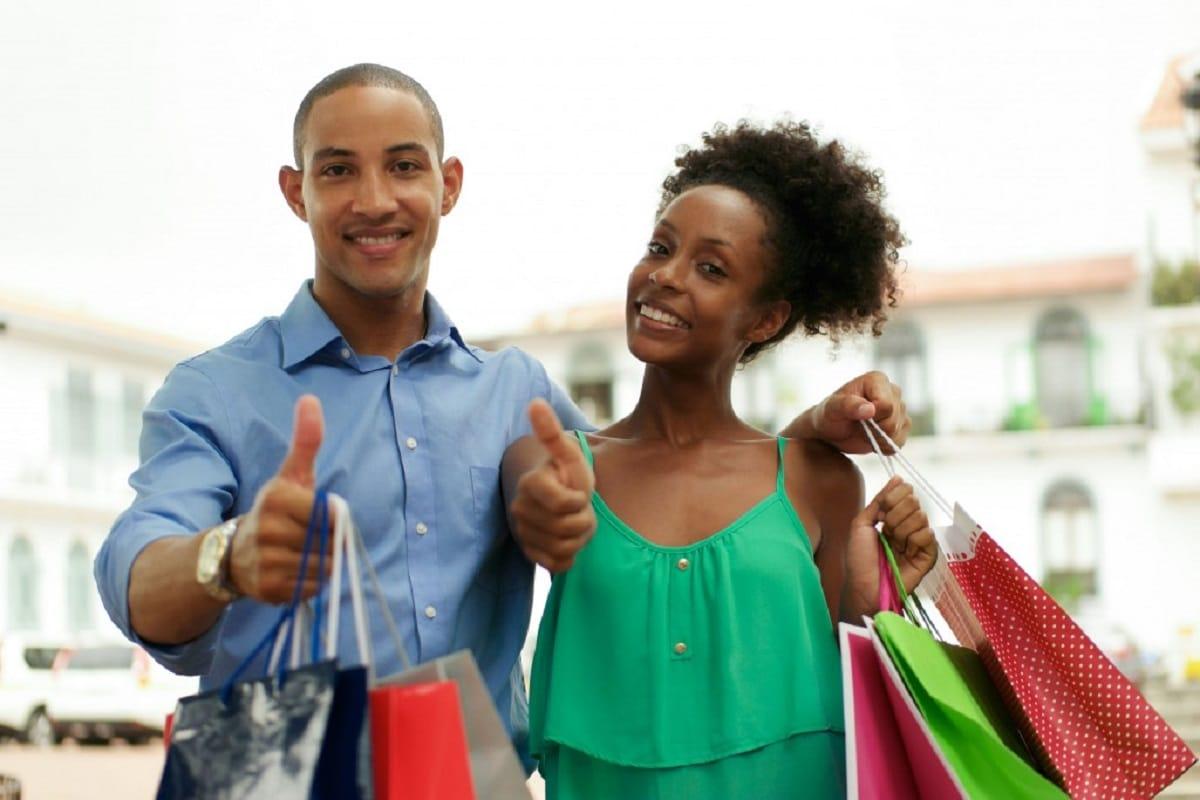 Pareja realizando compras en el Black Friday