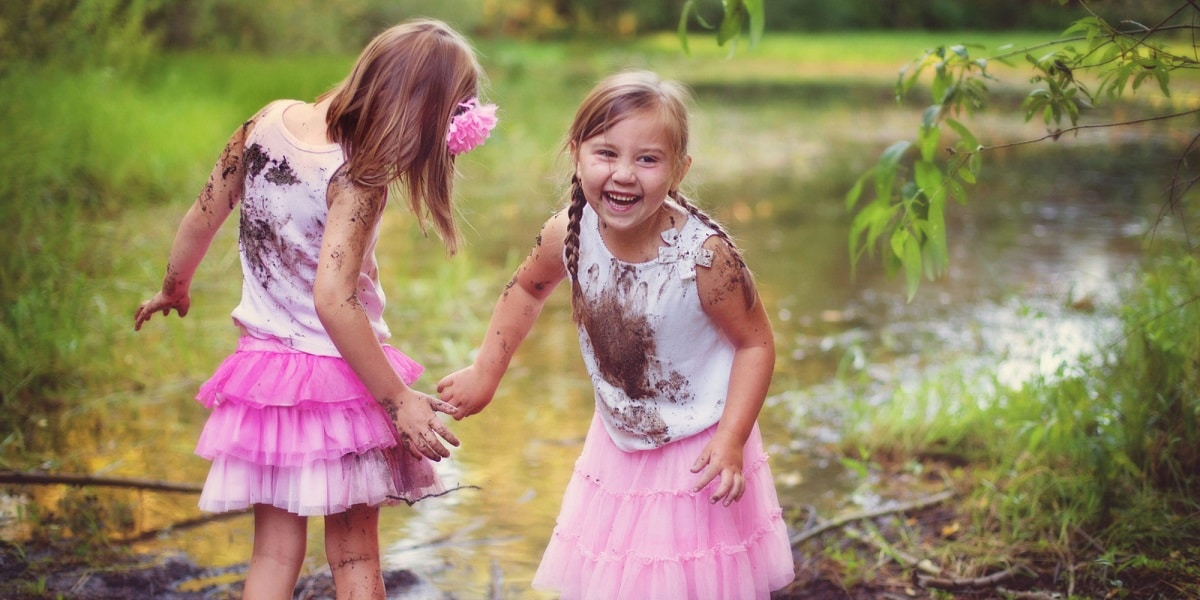 nenas jugando en el parque con el barro