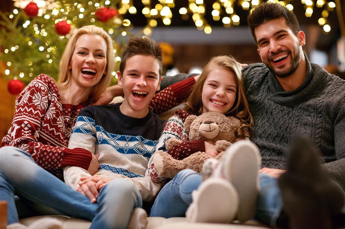 familia en navidad minimalista