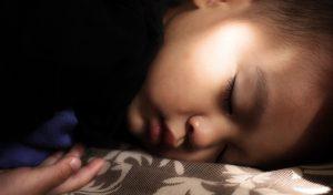 un niño con hipersomnia