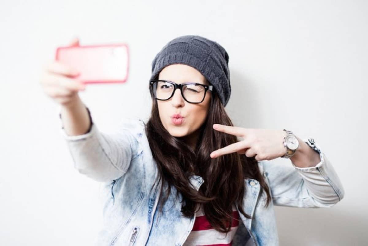 Joven tomándose un selfie