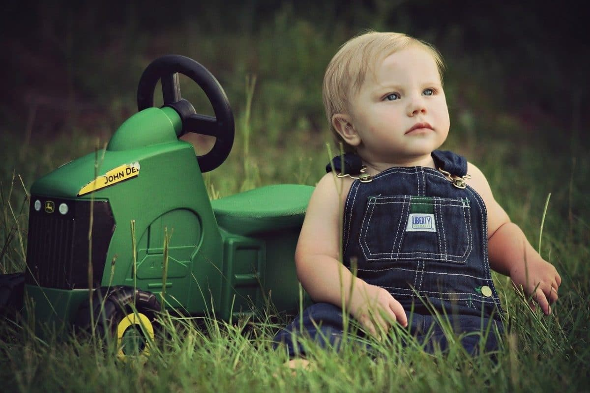 Un tractor de juguete y a gran escala es una diversión garantizada para que el niño o niña pueda montarse y recrearse como en un tractor de verdad