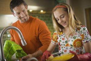 Enseñar tareas domésticas a los adolescentes