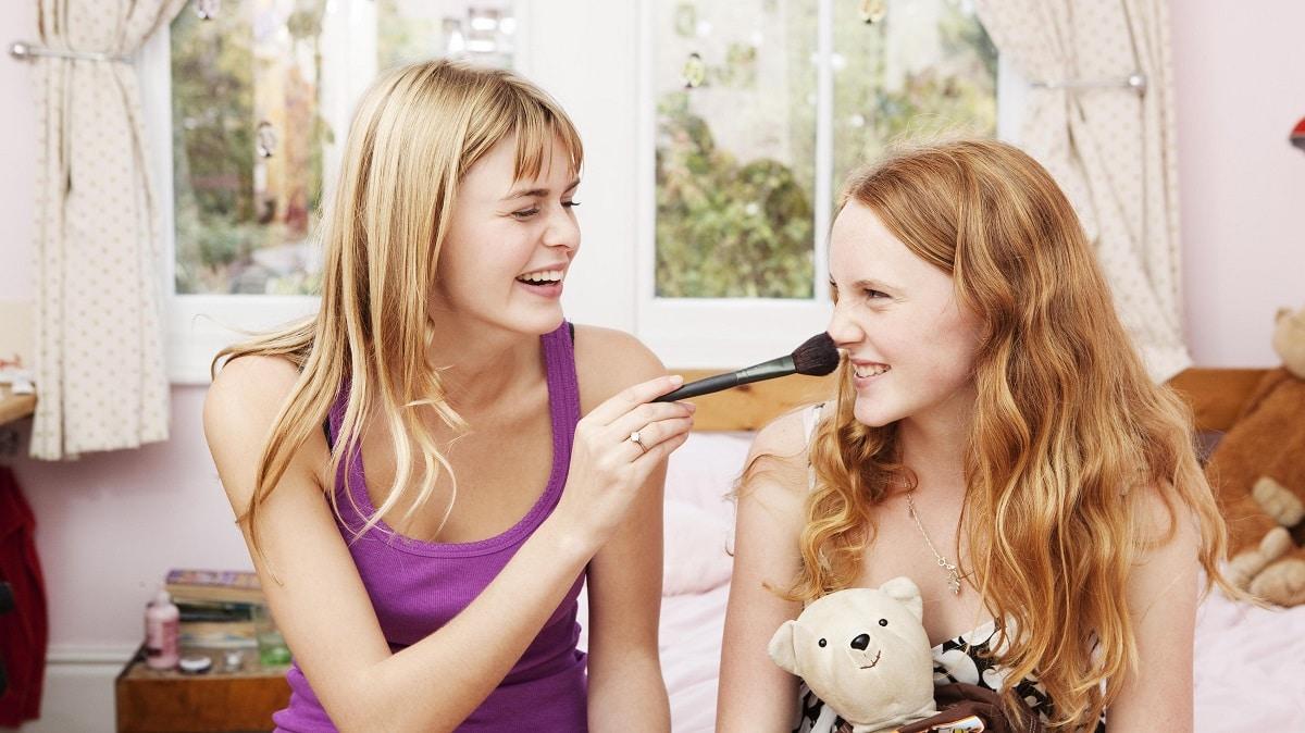 Enseñar a una adolescente a maquillarse