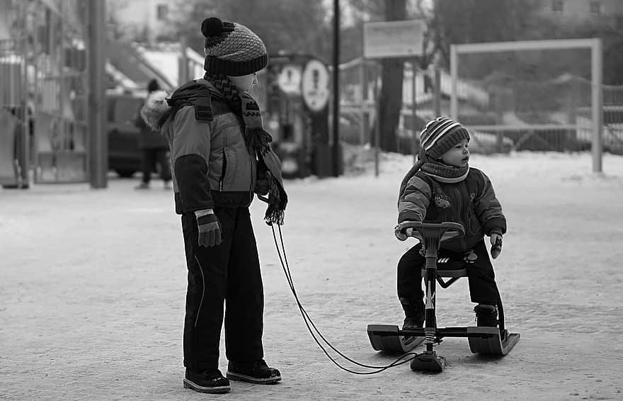 niños paseando en invierno