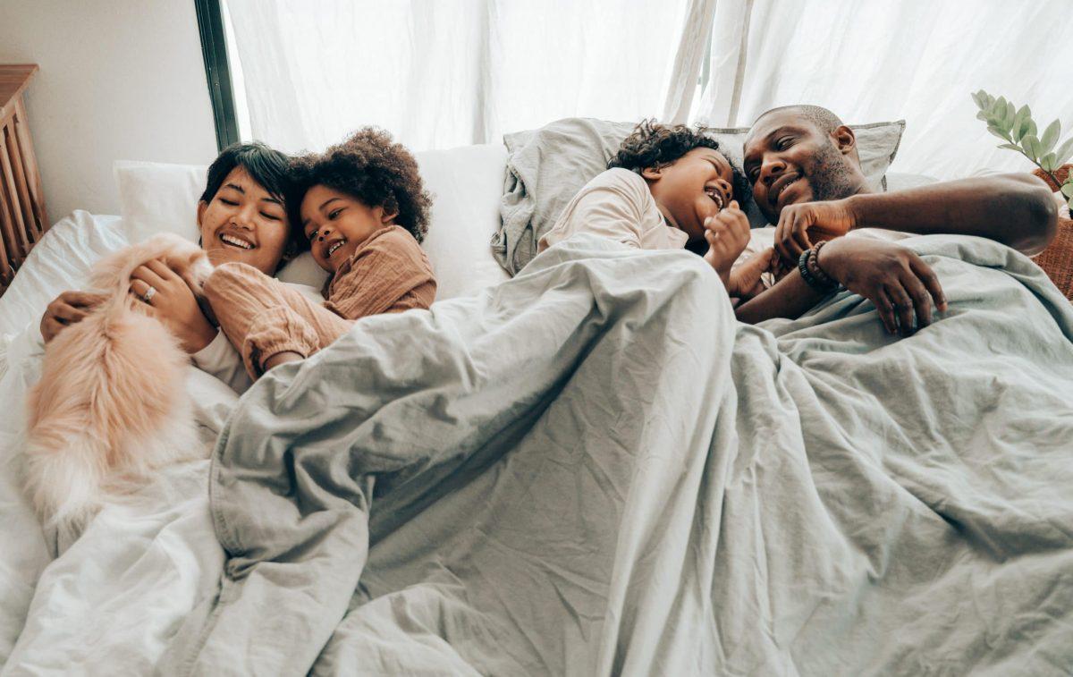 Todos tumbados en la cama