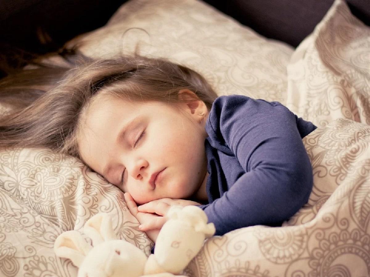 ¿Tu hijo suda mucho cuando duerme?