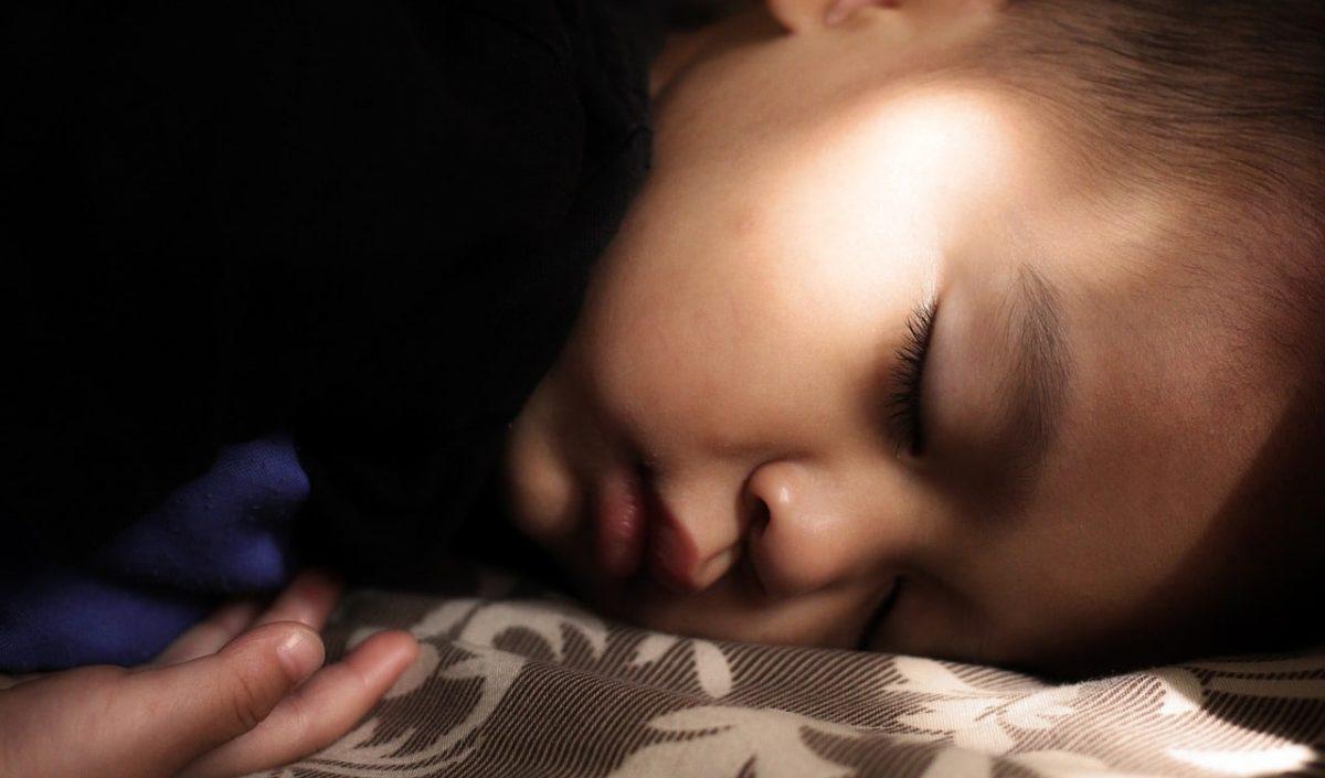 ¿Por qué mi hijo habla dormido?