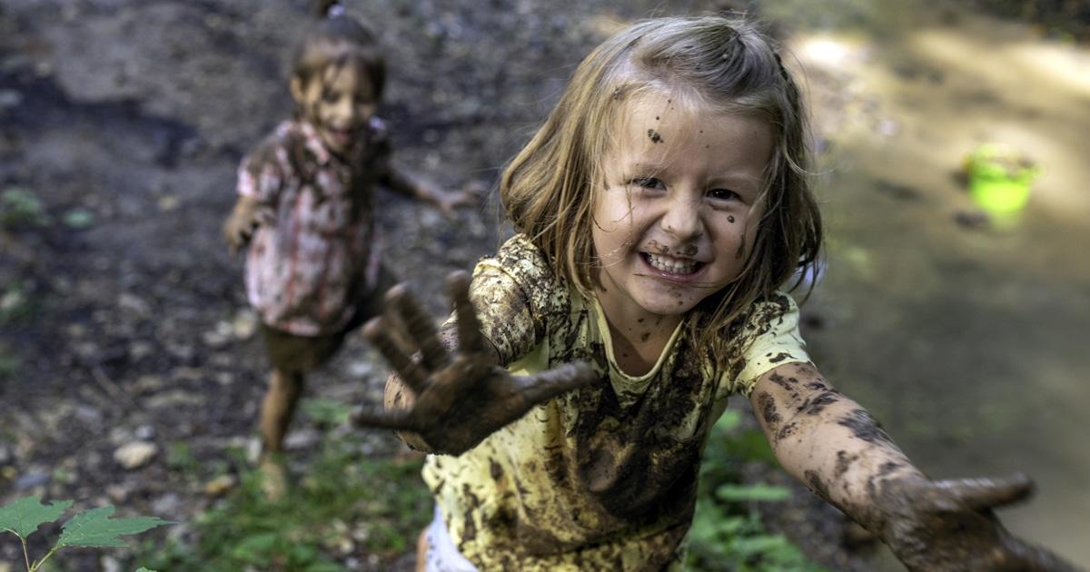 hijos jugando en la tierra