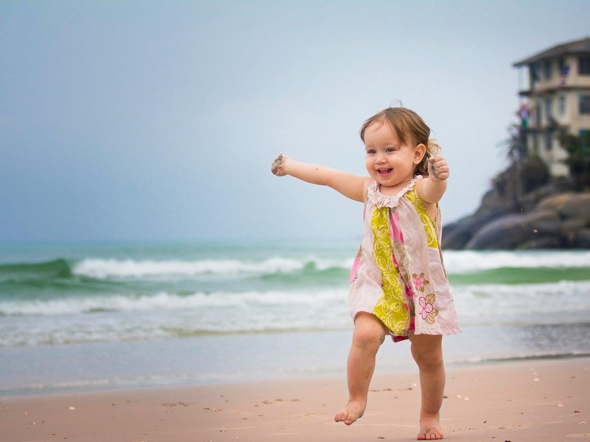 niña andando aire libre