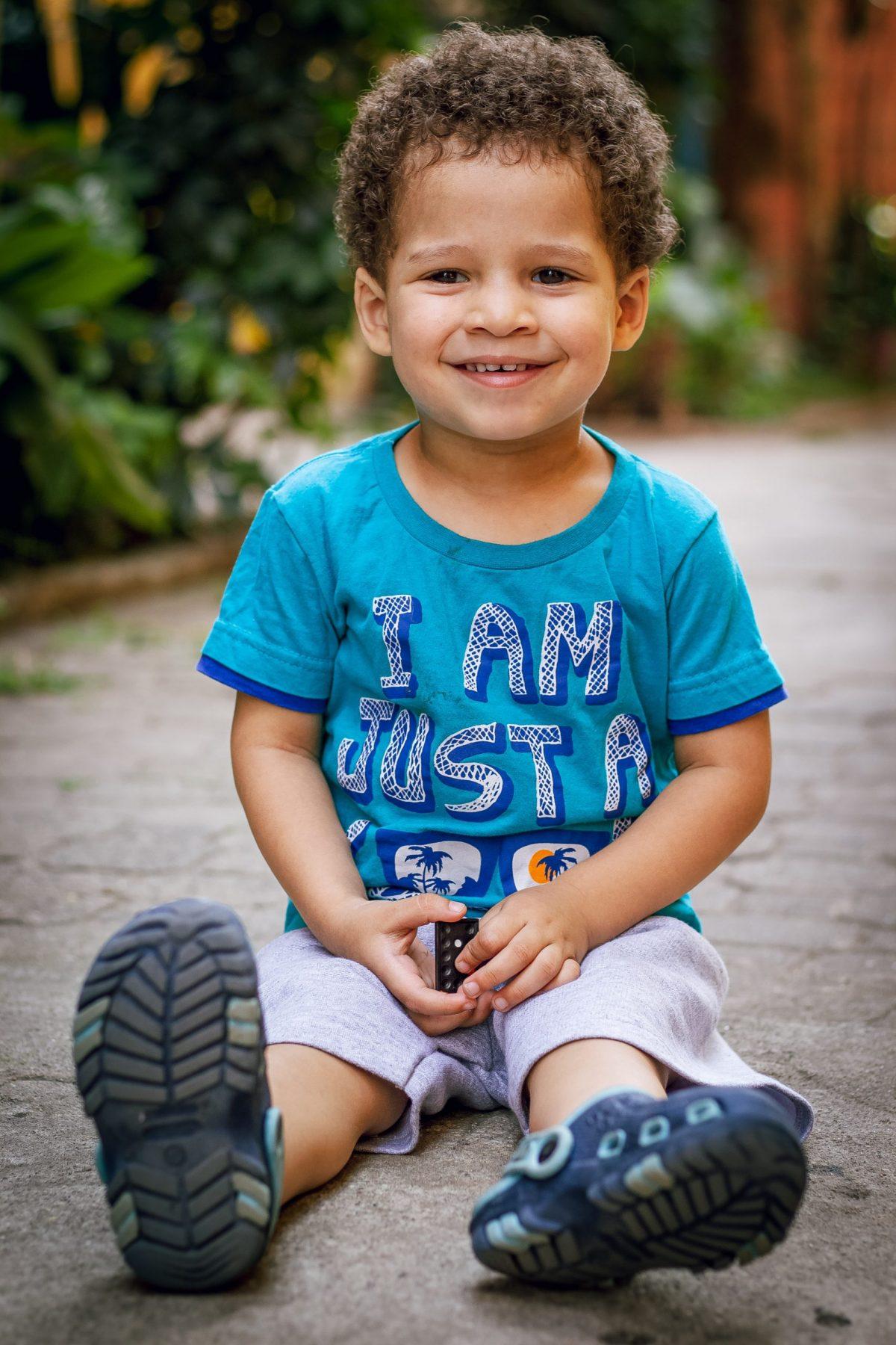 Niño con ojeras