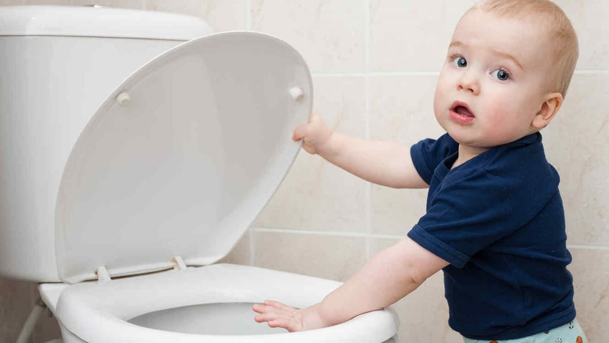 nino-bebe-frente-inodoro-bano