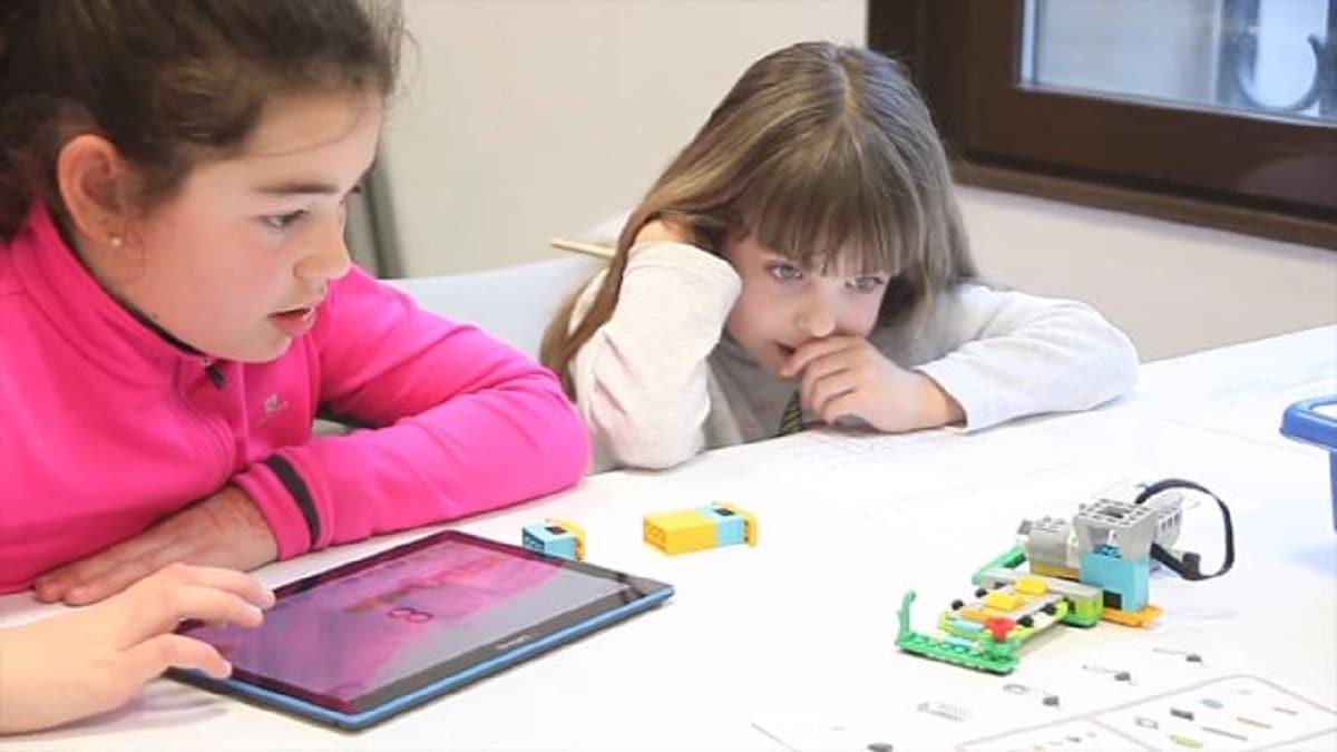 niñas robot TIC