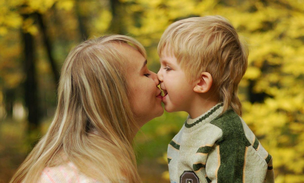 Por qué mi hijo quiere besarme en la boca