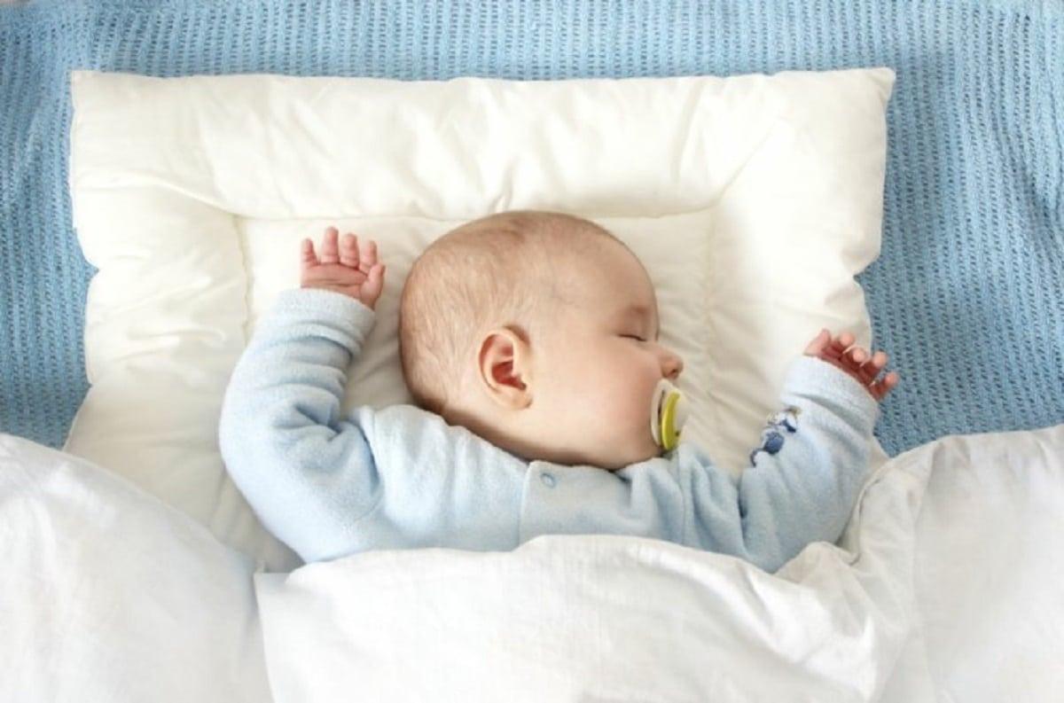 bebé tiembla duerme
