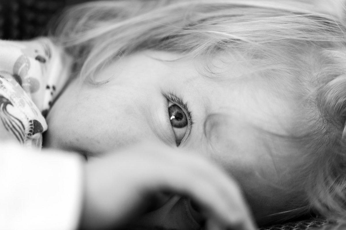 Por qué mi hijo parpadea mucho los ojos