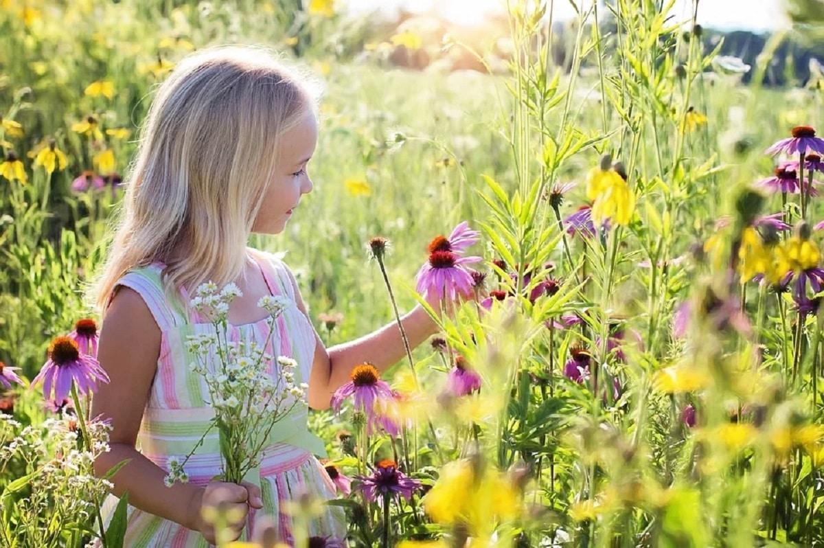 Nena feliz en la naturaleza