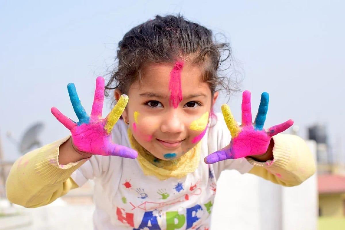 Nena pintando con las manos