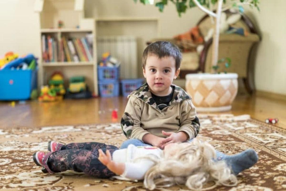 mi hijo juega con muñecas