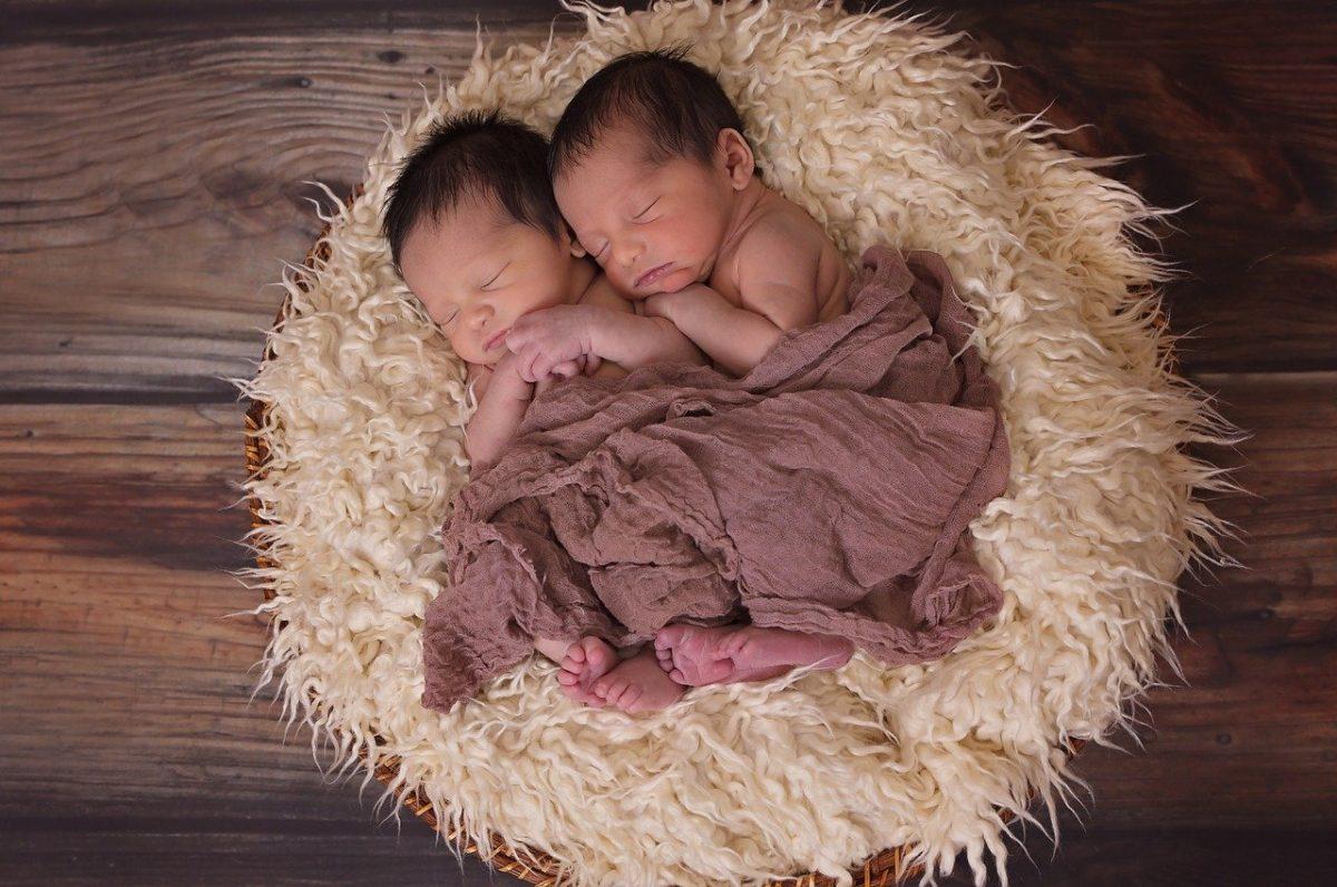 Cómo hacer que mis gemelos duerman toda la noche