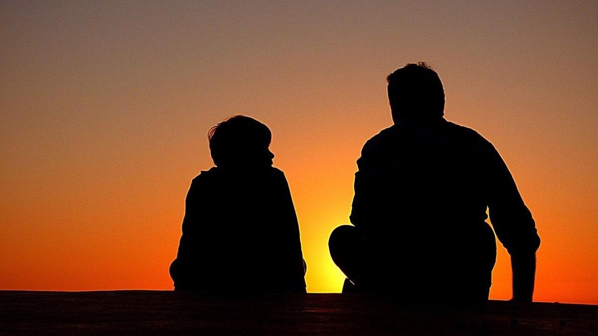 Padre e hijo hablando juntos
