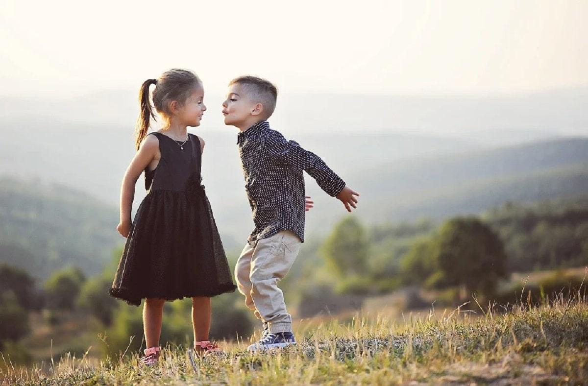 Niños pequeños jugando a ser novios