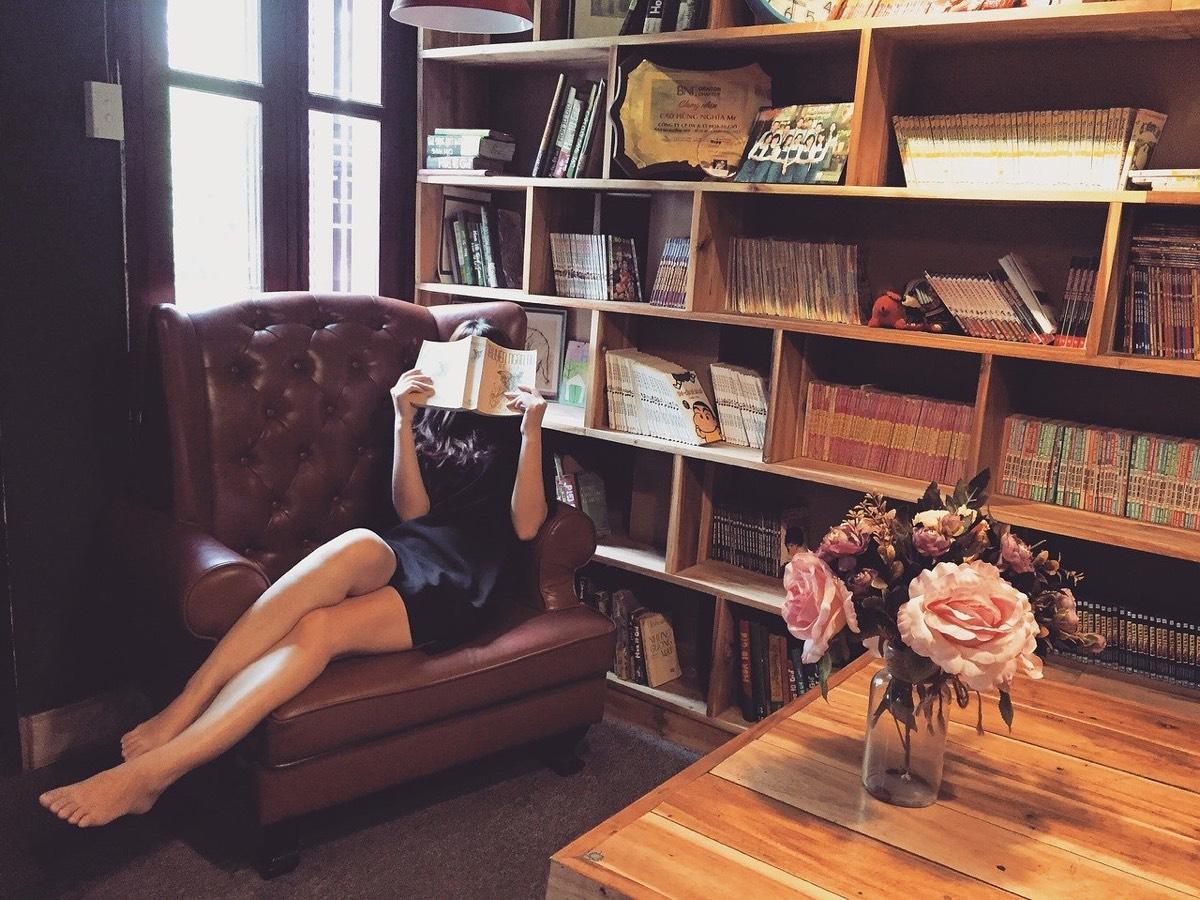 Chica leyendo en librería